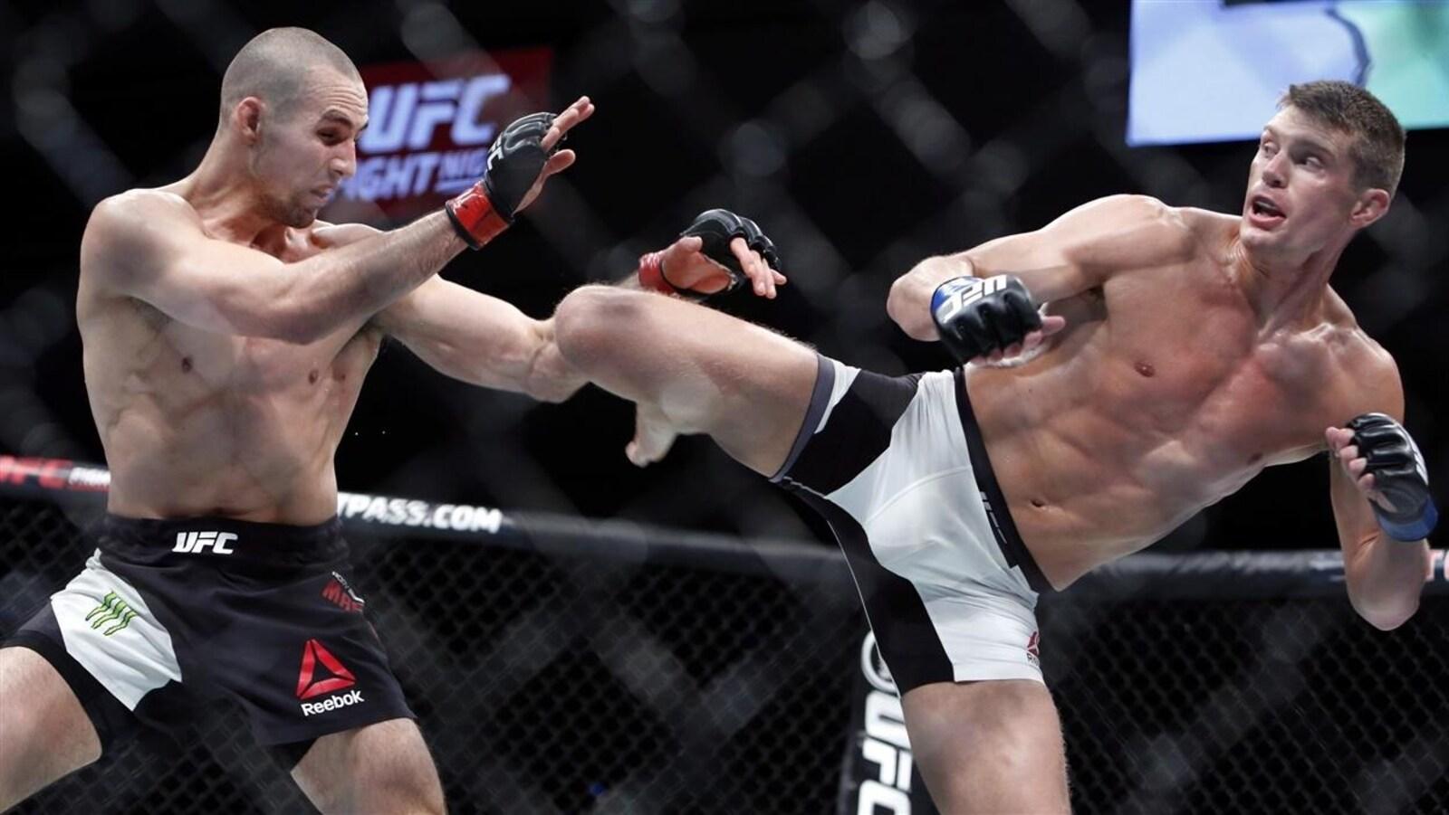 Stephen Thompson, à la droite, donne un coup de pied à Rory MacDonald pendant un combat de UFC, à Ottawa, le samedi 18 juin.