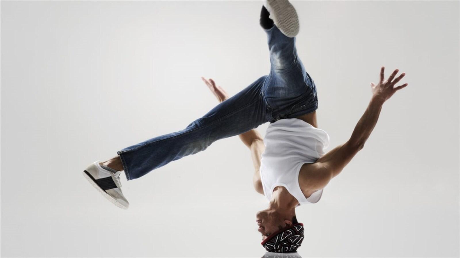Un danseur tourne sur la tête.