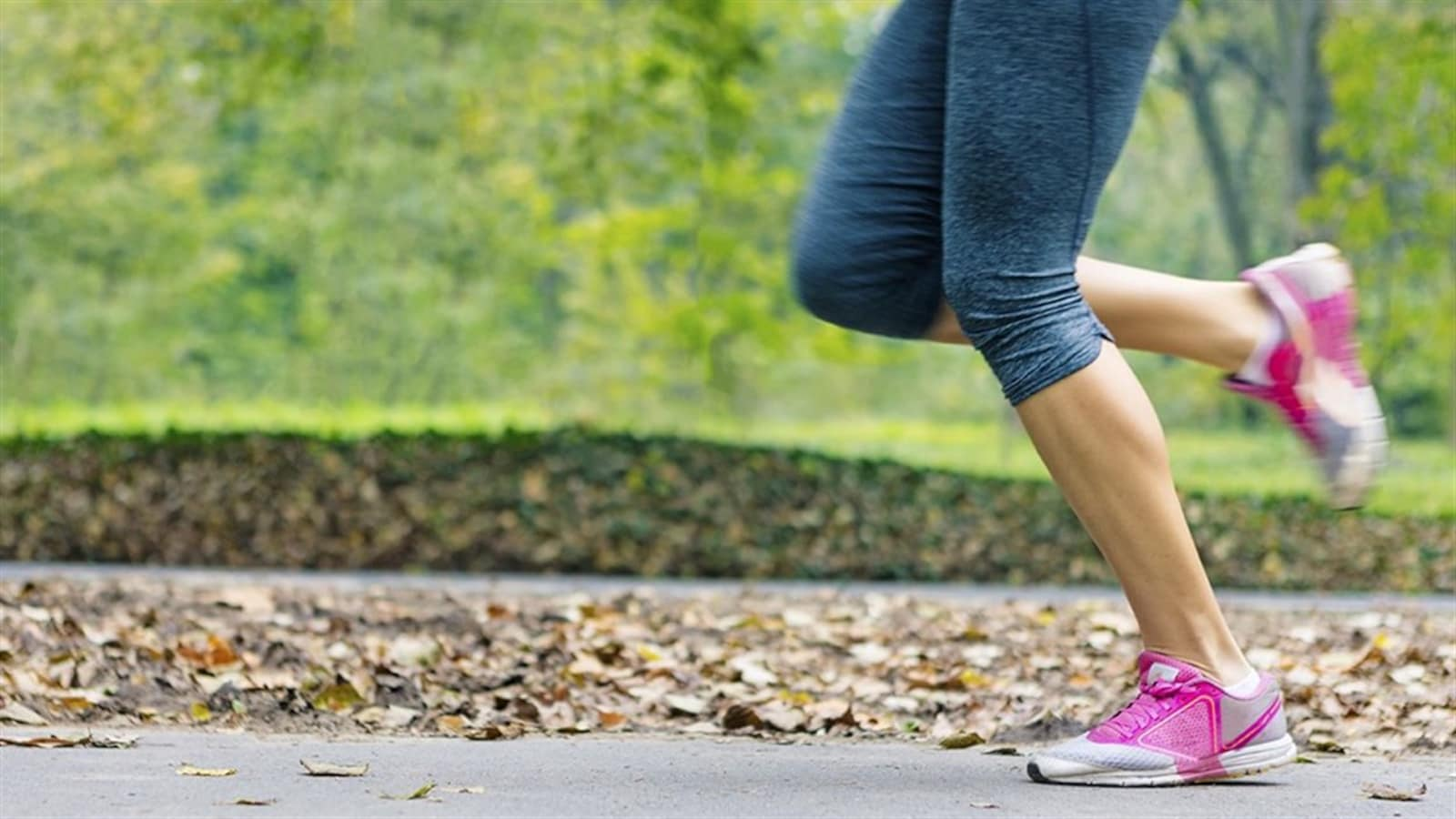 Une femme qui fait de la course à pied