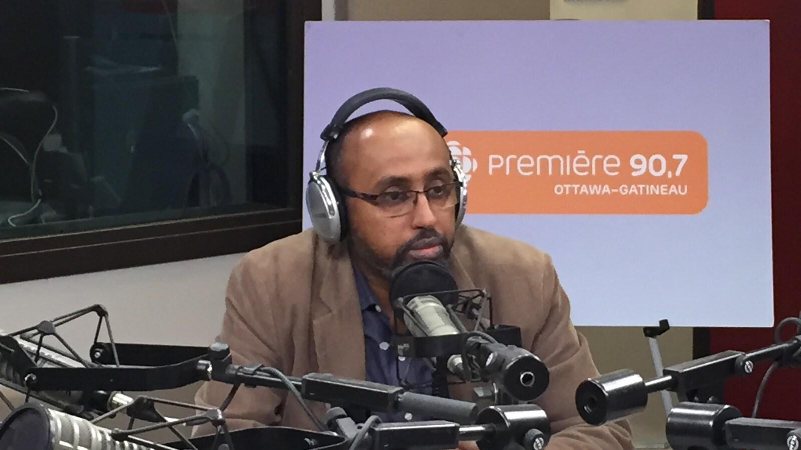 Abdourahman Kahin en studio à Ottawa pour l'émission Les Matins d'ici.