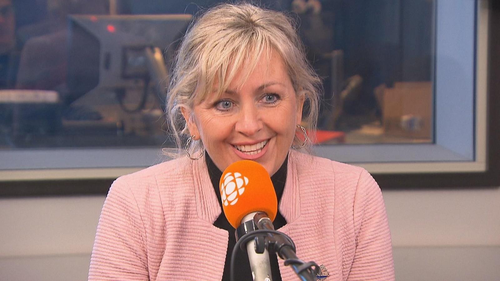 Andrée Laforest au micro de Radio-Canada