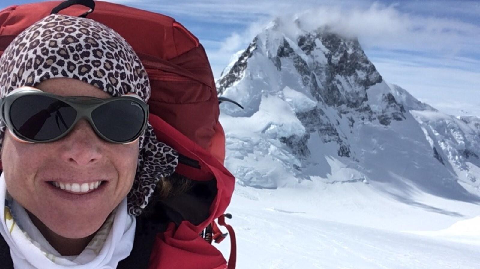 L'alpiniste Monique Richard dans les montagnes enneigées durant l'ascension du mont Logan au Yukon