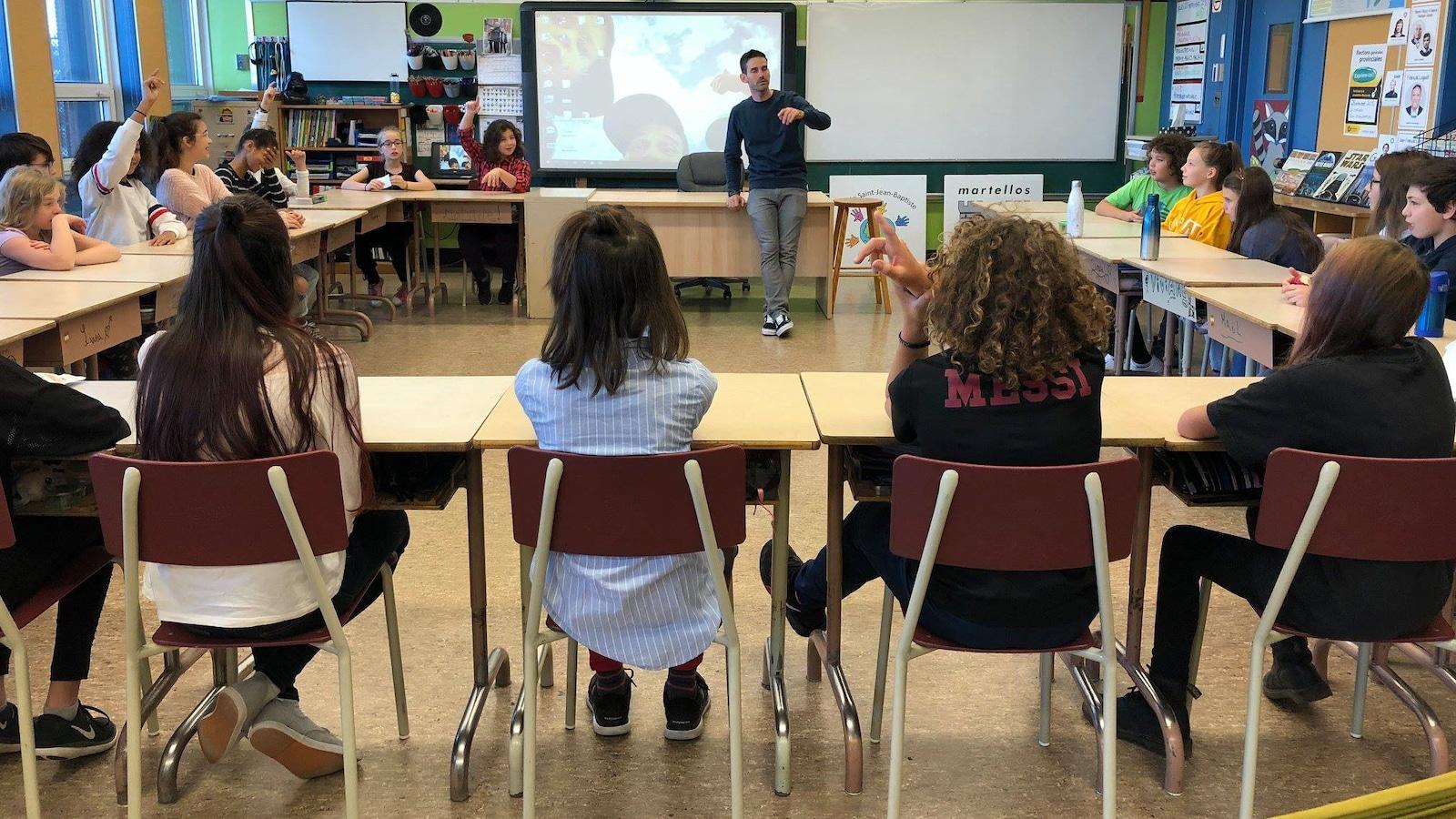 Des élèves de 5e et 6e année en classe avec leur professeur