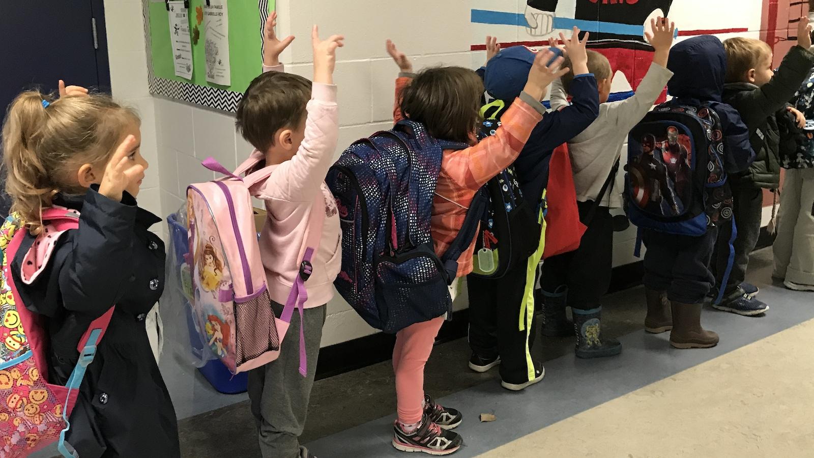 Des enfants font la file.