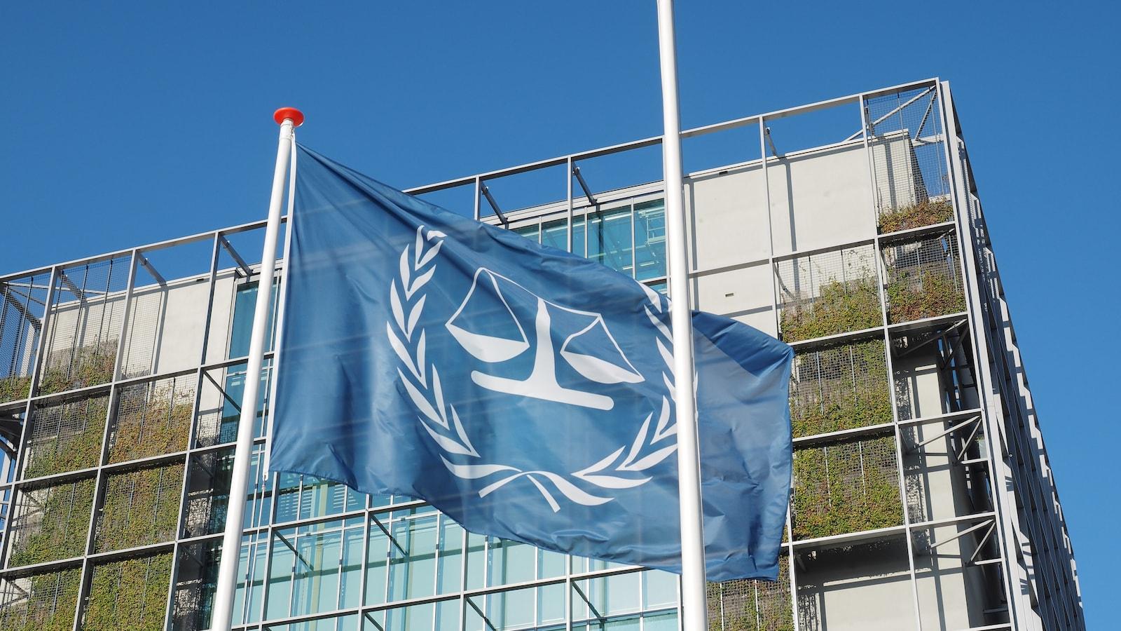 Le drapeau et l'édifice de la Cour pénale internationale à La Haye au Pays-Bas.