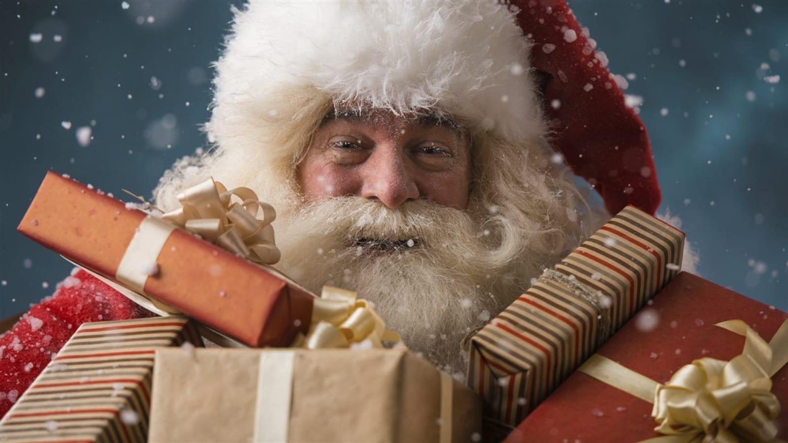 Un père Noël avec plein de cadeaux.