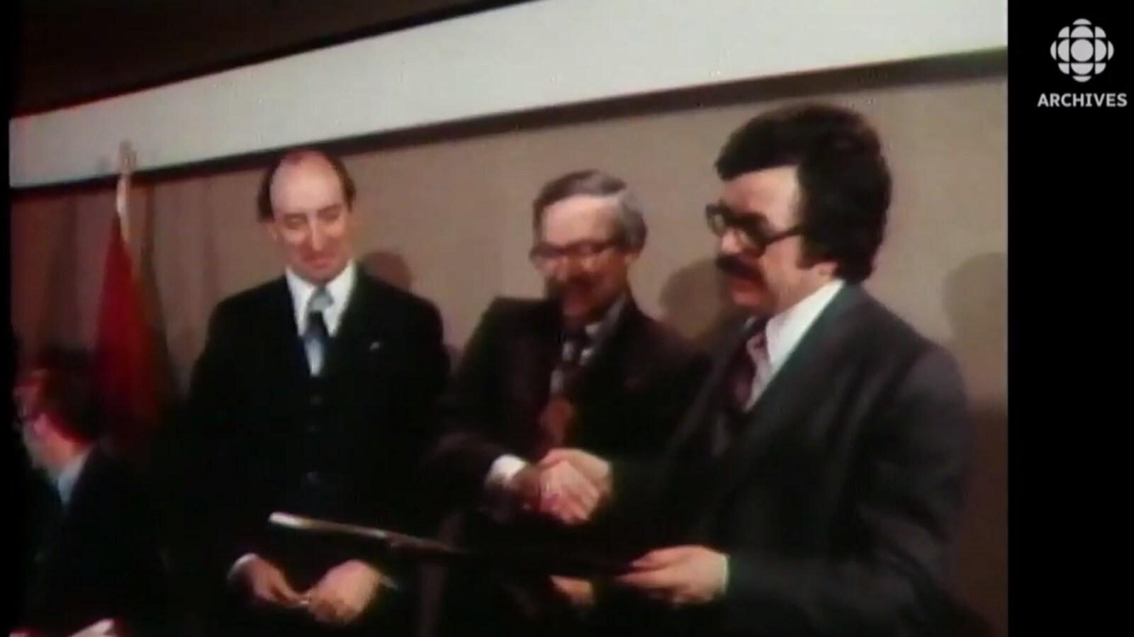 Les ministres fédéraux Bud Cullen et Marc Lalonde signent avec le ministre québécois de l'Immigration Jacques Couture, l'entente dite « Cullen-Couture ».