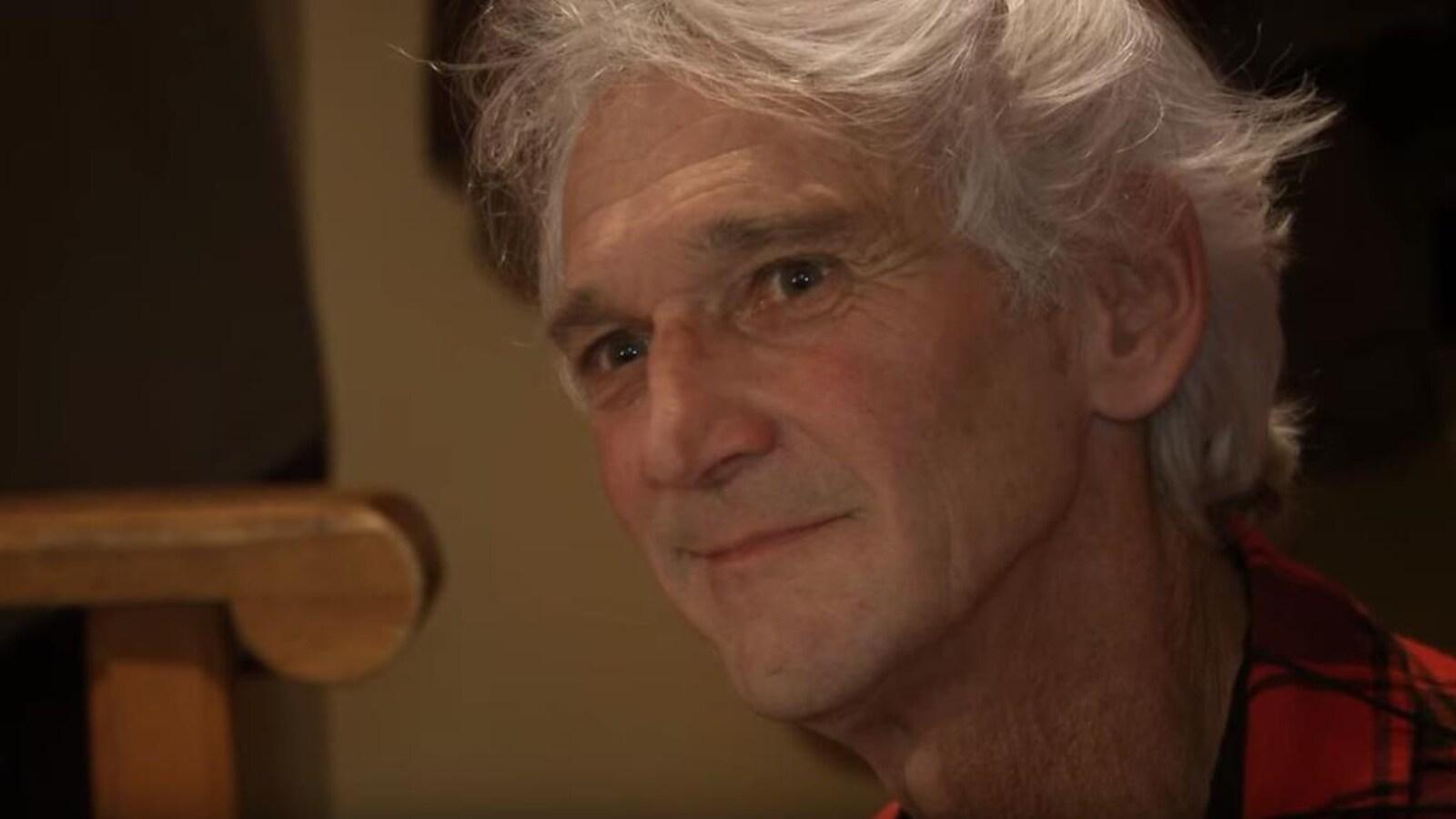 Jean-Claude Mirandette affichant un sourire pincé.