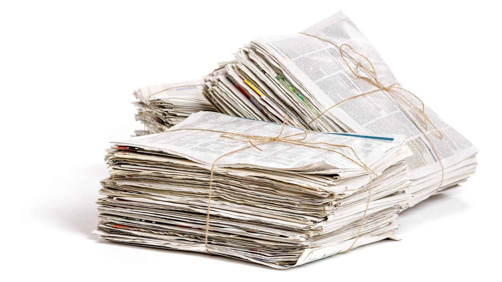 Trois piles de journaux