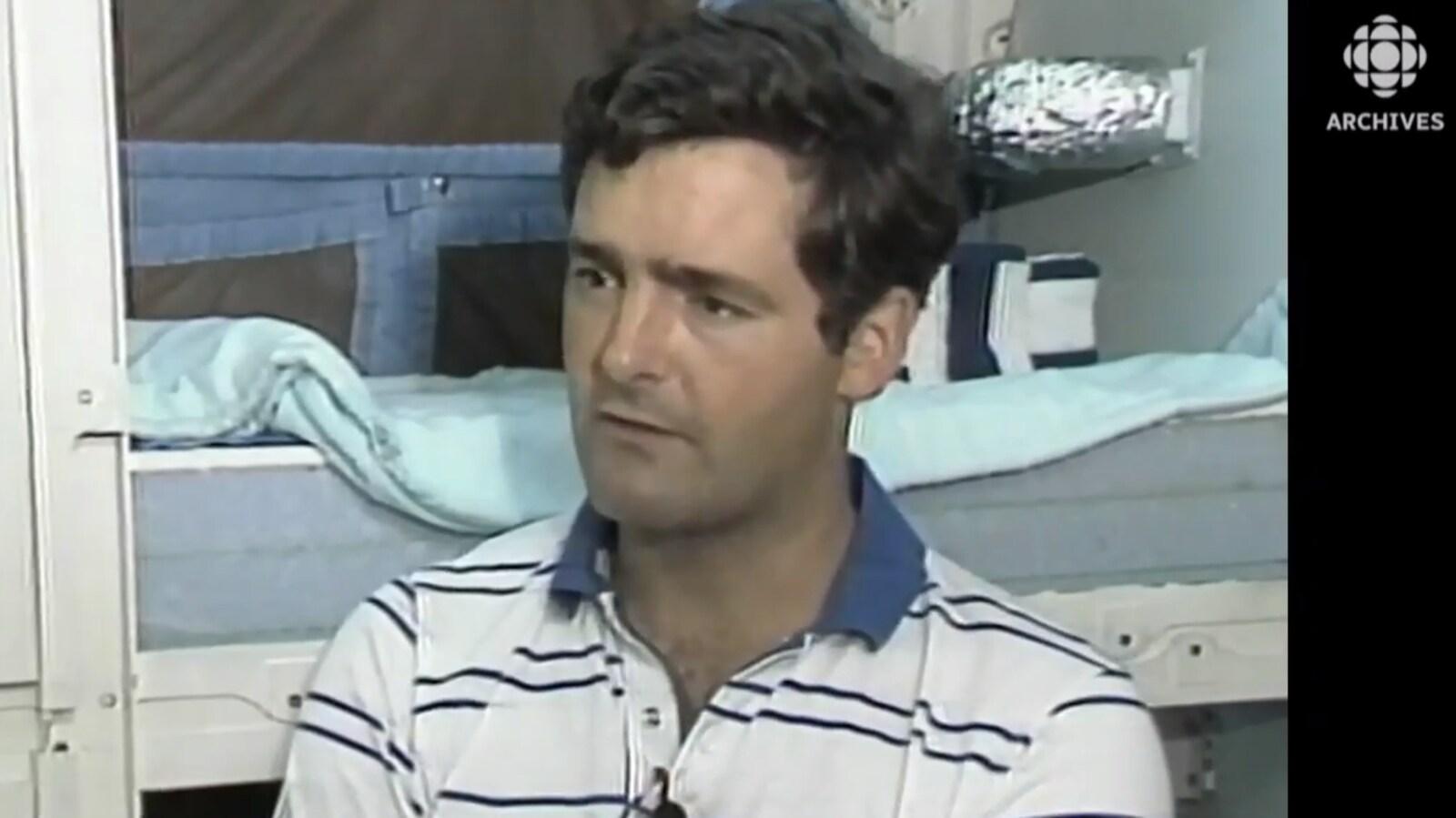 Marc Garneau dans la réplique de la navette Challenger en 1984