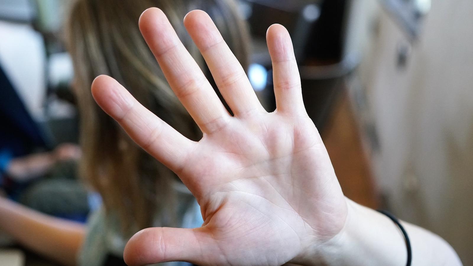 Une femme se défend d'un agresseur.