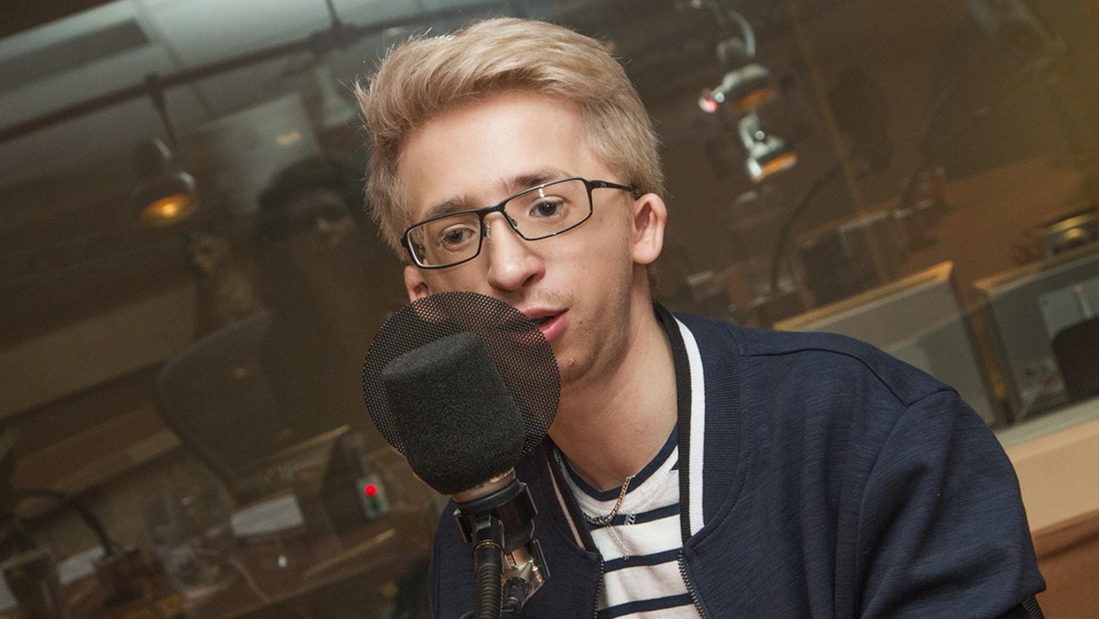 Jérémy Gabriel devant un micro dans un studio de radio de Radio-Canada.