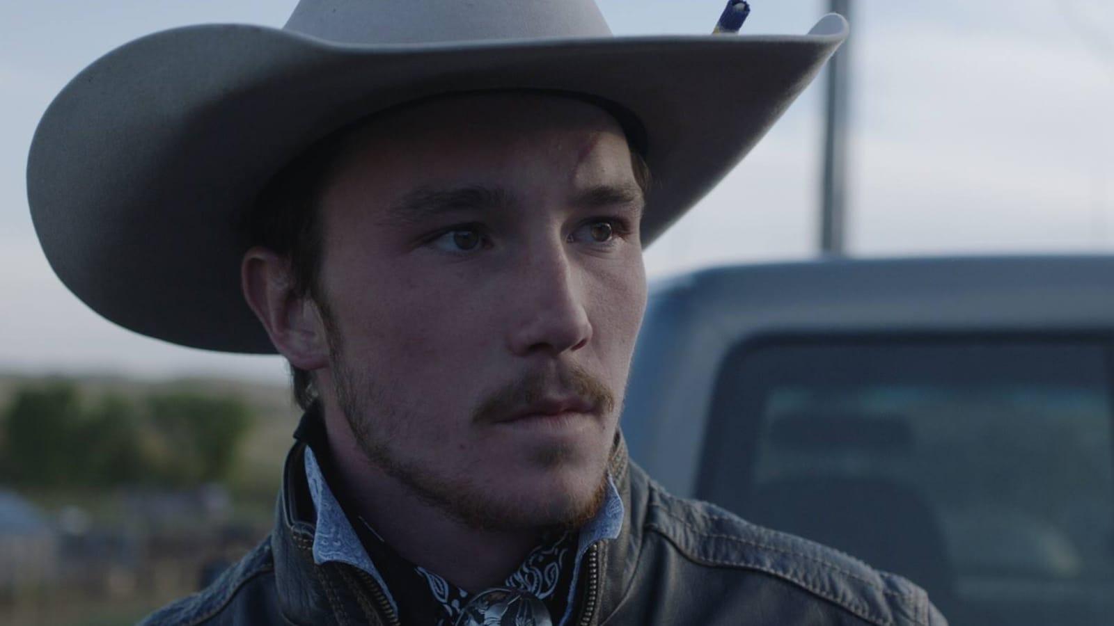 Brady Jandreau regarde au loin dans cette image du film <em>The Rider</em>, de Chloé Zhao.