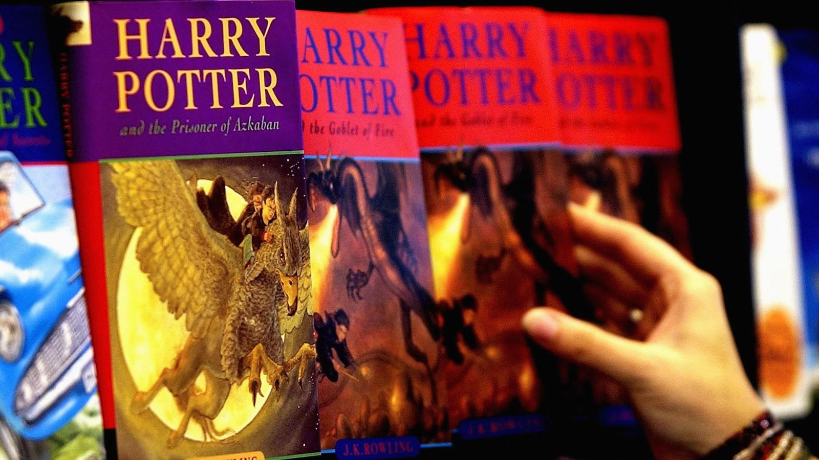 En Pologne, des prêtres brûlent des livres des sagas Harry Potter et Twilight Pluson-harry-potter-livres