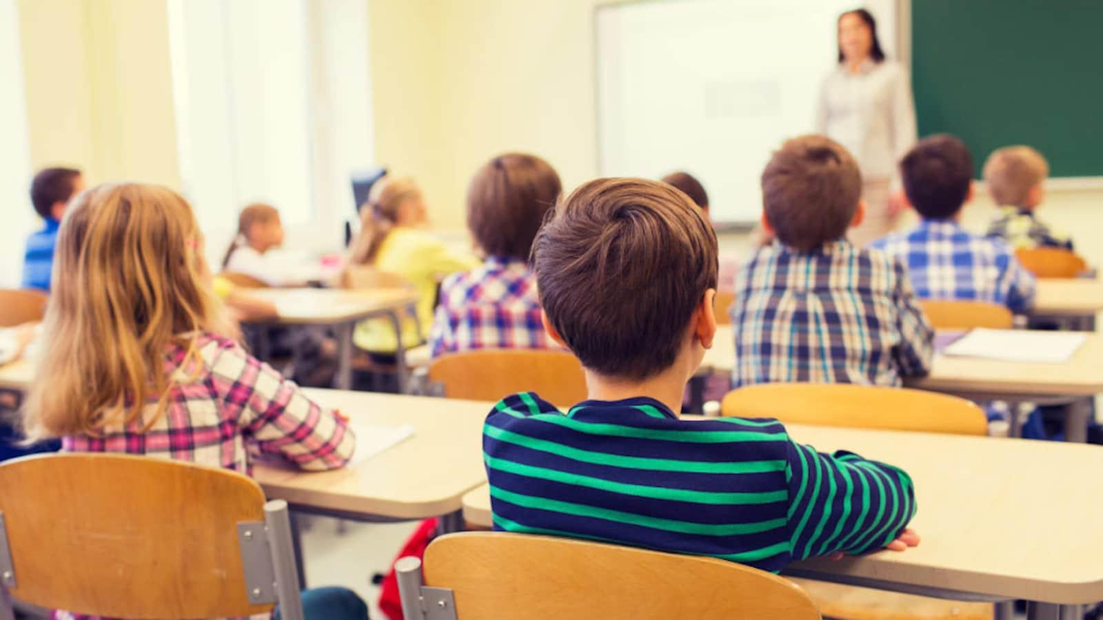 Des élèves dans une classe d'école.