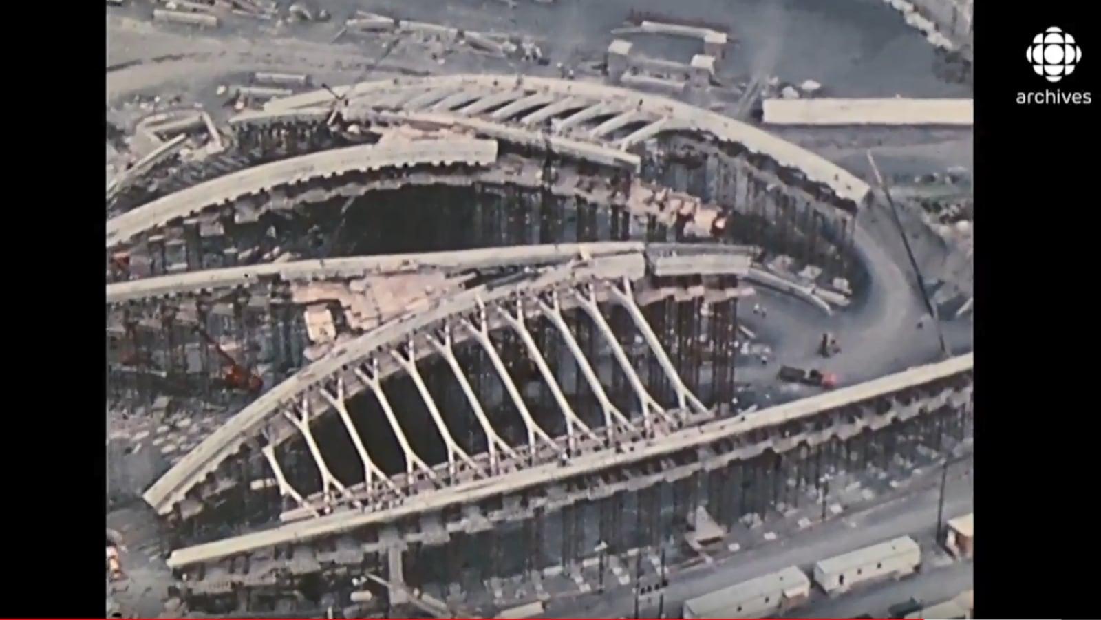 Vue aérienne prise le 26 novembre 1974 du stade des Jeux olympiques d'été de Montréal  en construction.