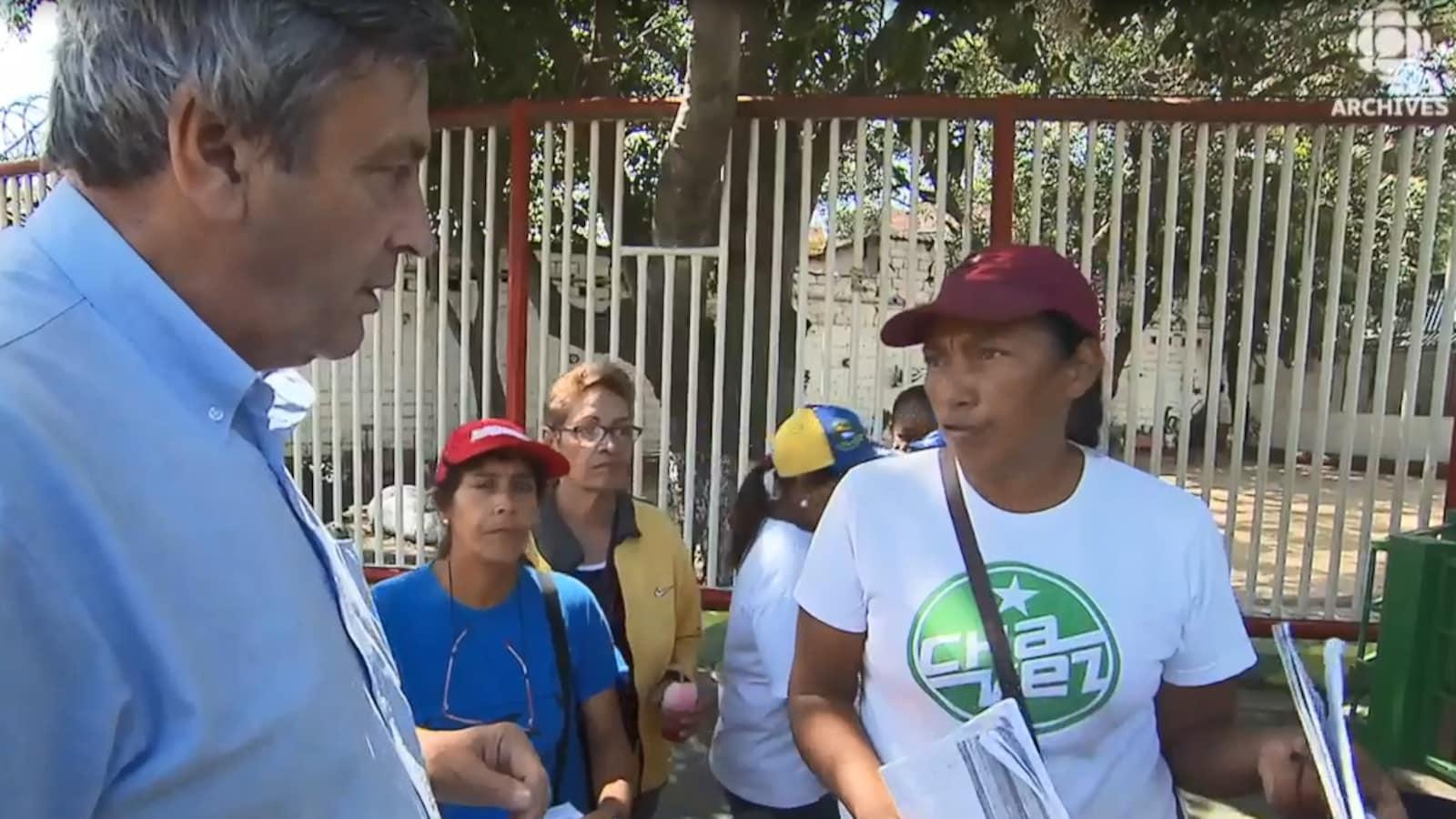 Jean-Michel Leprince discutes avec des femmes vénézuéliennes en 2016.
