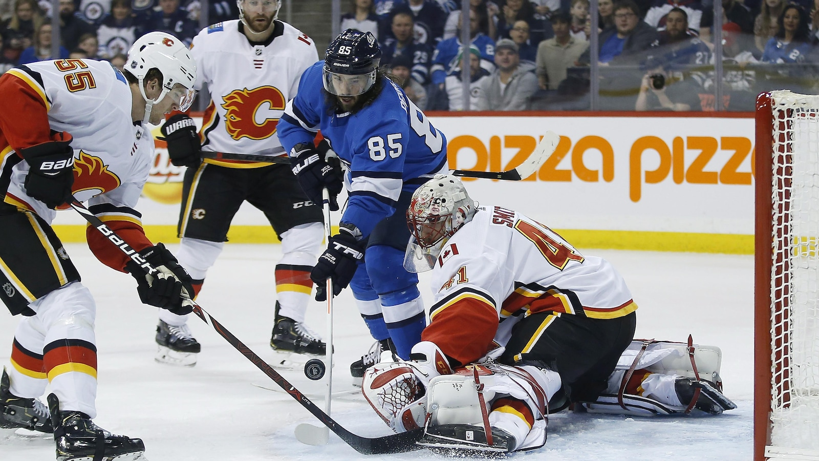Mathieu Perreault (85) des Jets de Winnipeg, marque un but face au gardien Mike Smith (41) des Flames de Calgary.