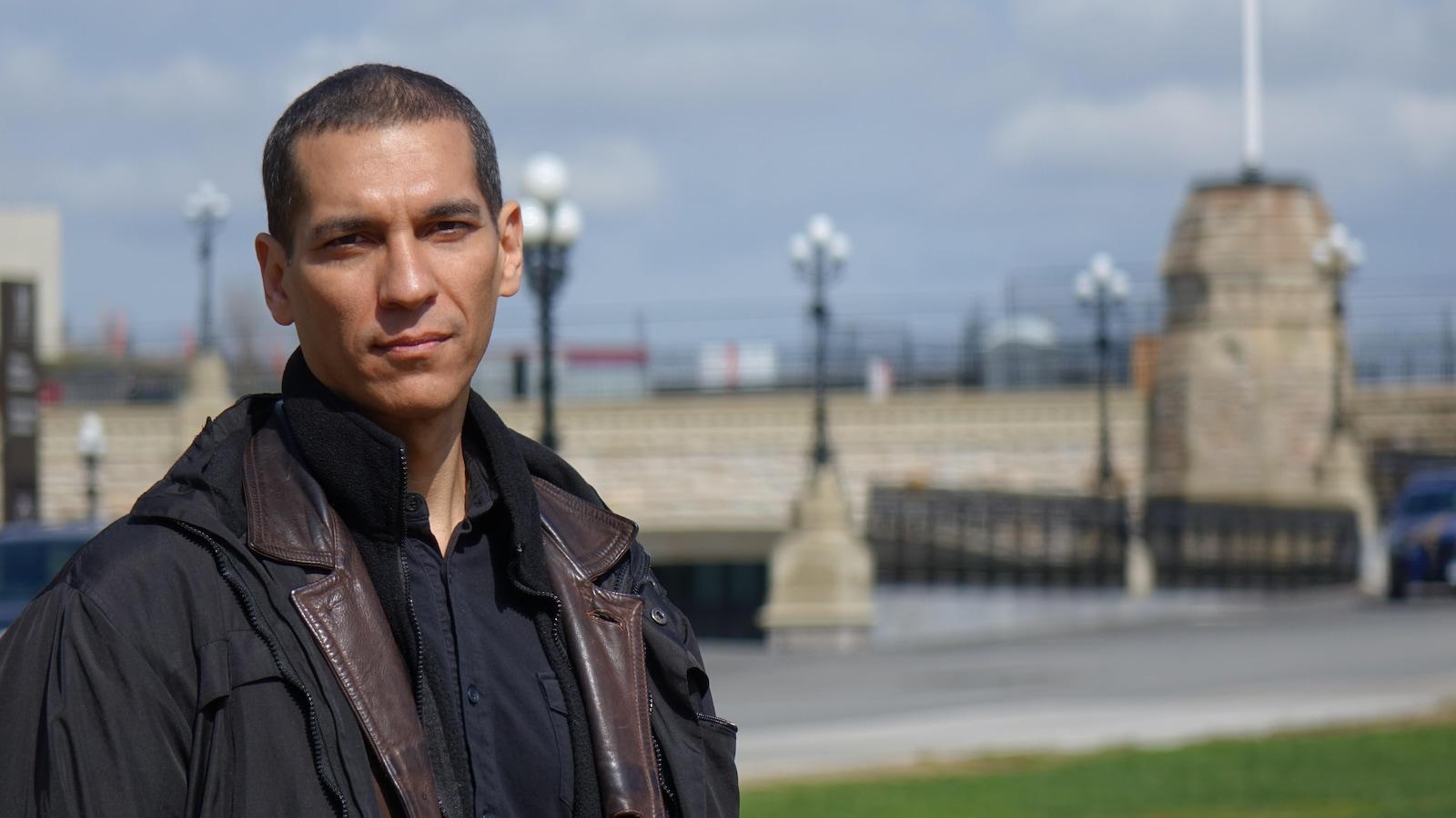 Carlos Alexandre de Souza est debout sur la pelouse de la colline du Parlement.