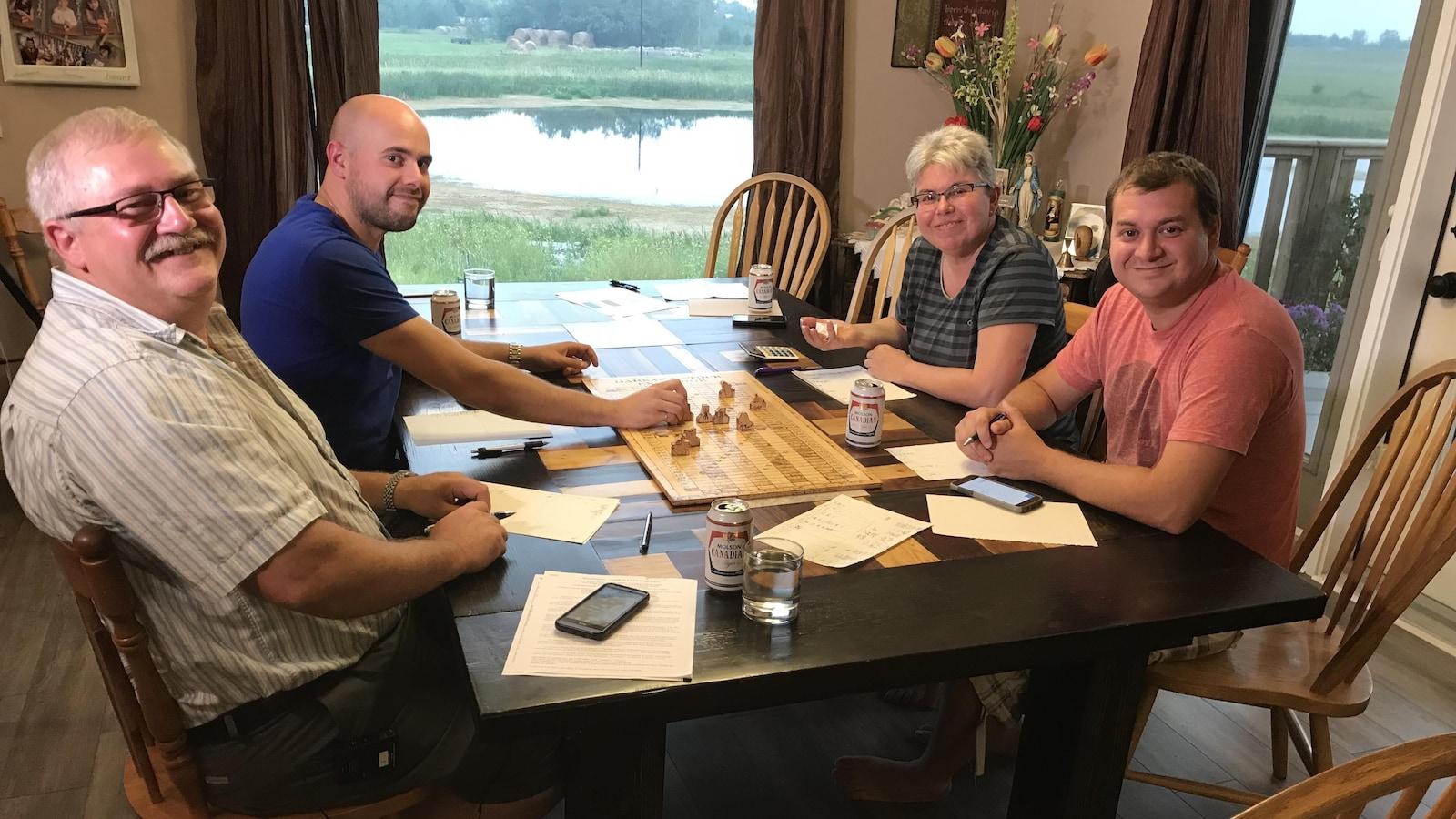 La famille Gareau joue la bourse Gareau autour de la table de cuisine.