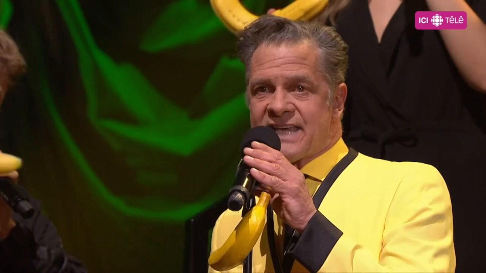 Le comédien chante sur le plateau d'En direct de l'univers
