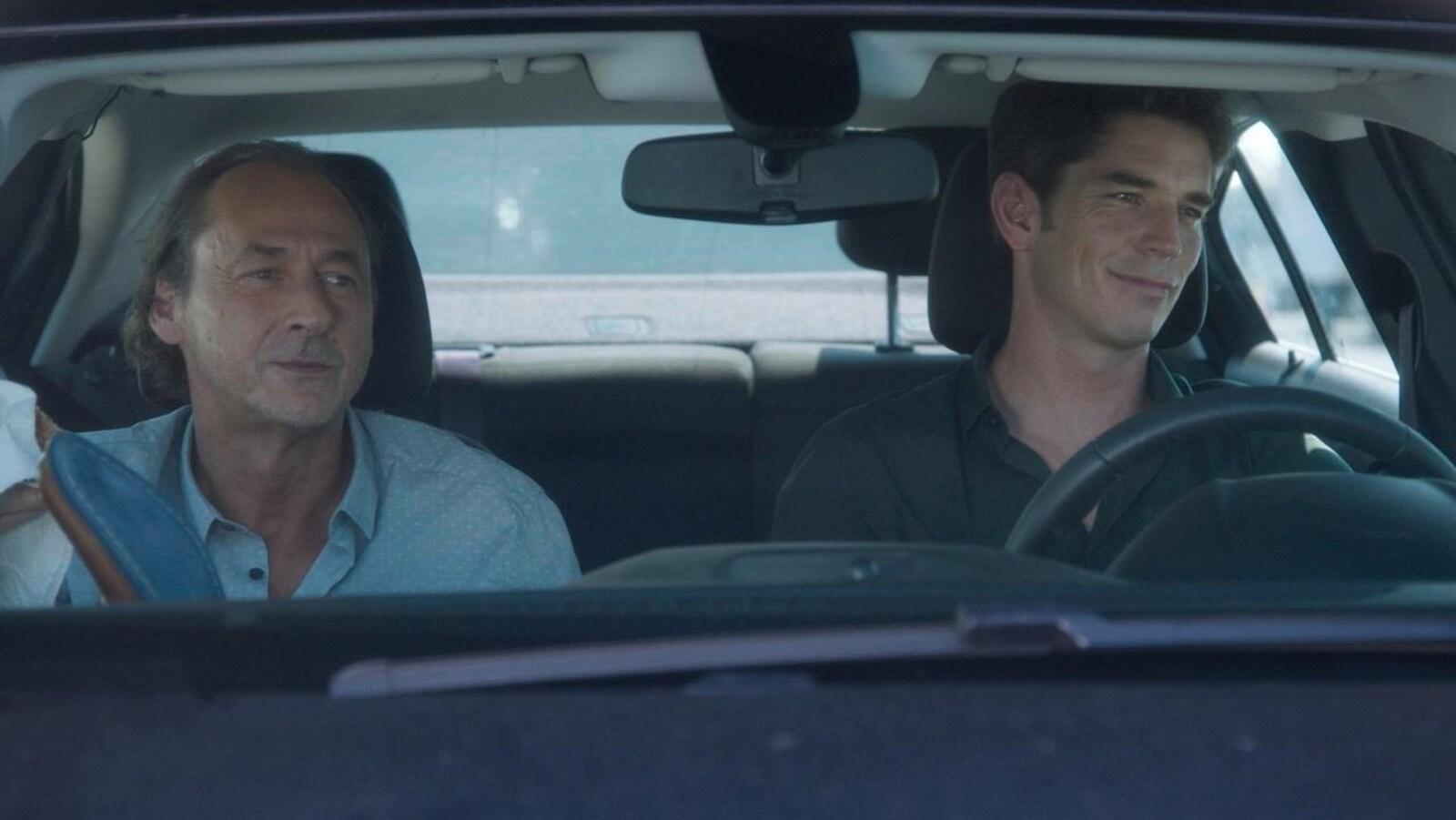 Luc Picard et Sébastien Delorme dans l'auto de police