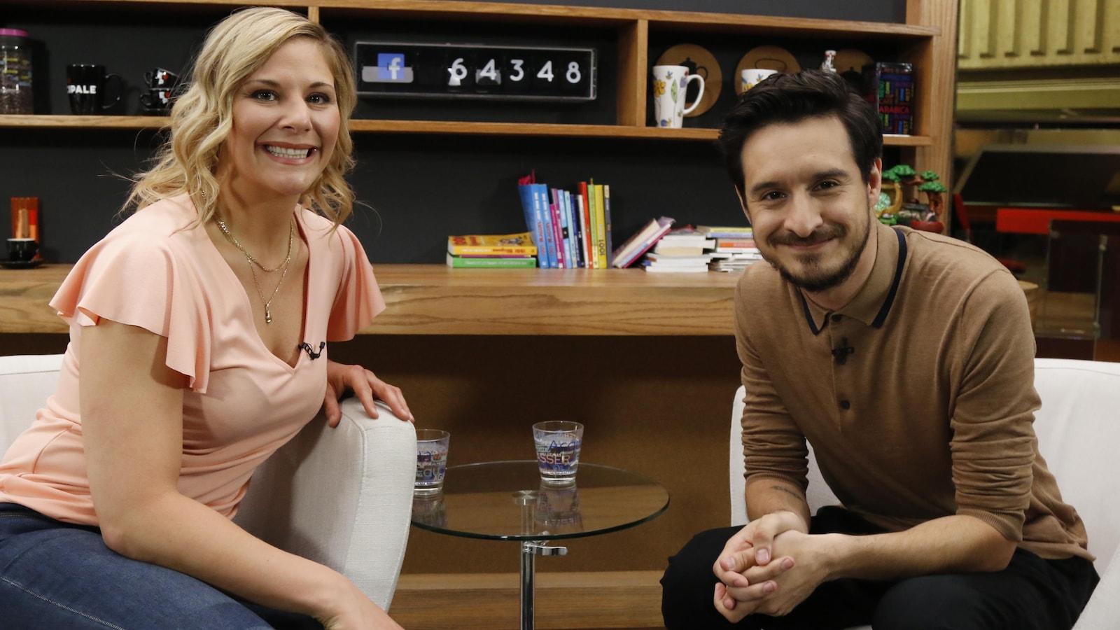 Assis sur les fauteuils pour une entrevue, Marie-Ève Dicaire et Sébastien Diaz regardent l'objectif de la caméra.