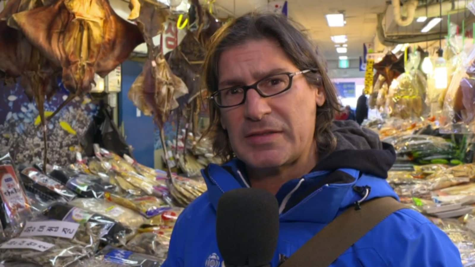 Jean-René Dufort dans un marché en Corée du Sud