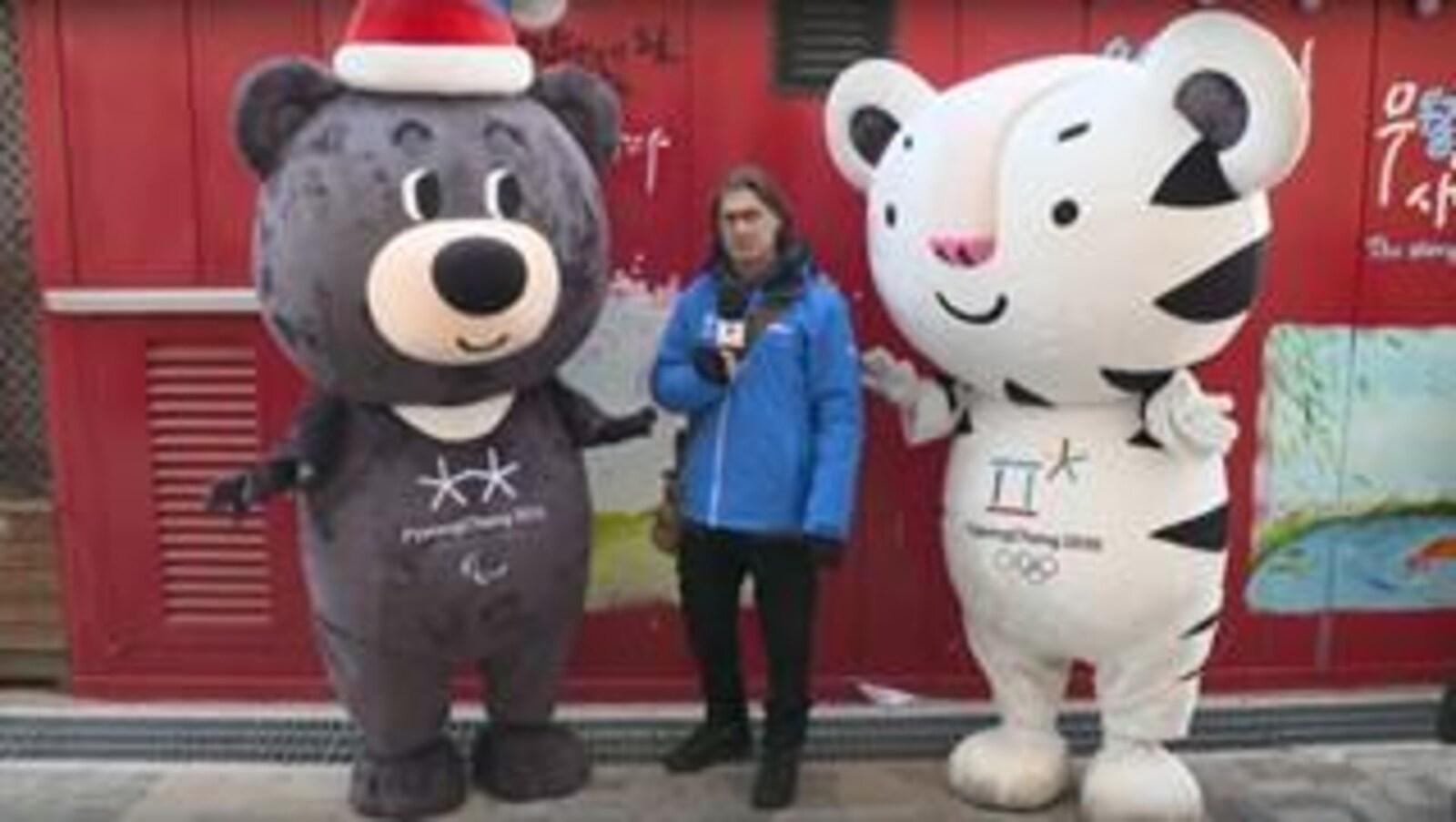 L'animateur entre deux mascottes à Pyeongchang