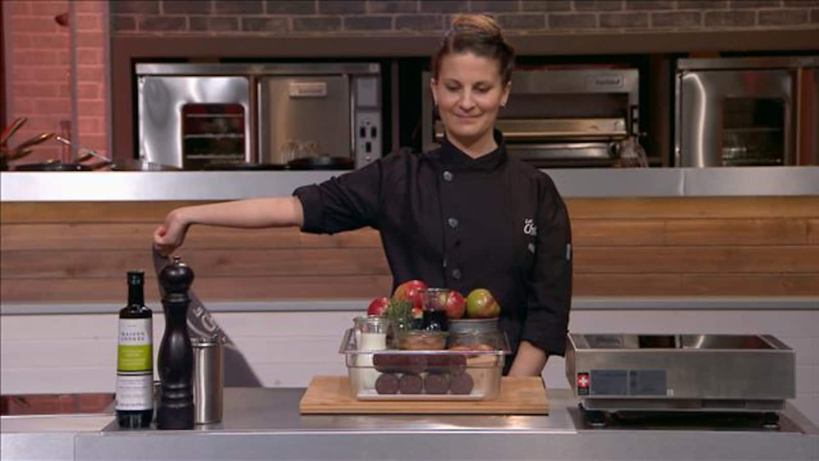 Ashley dévoile le plateau d'ingrédient devant elle.