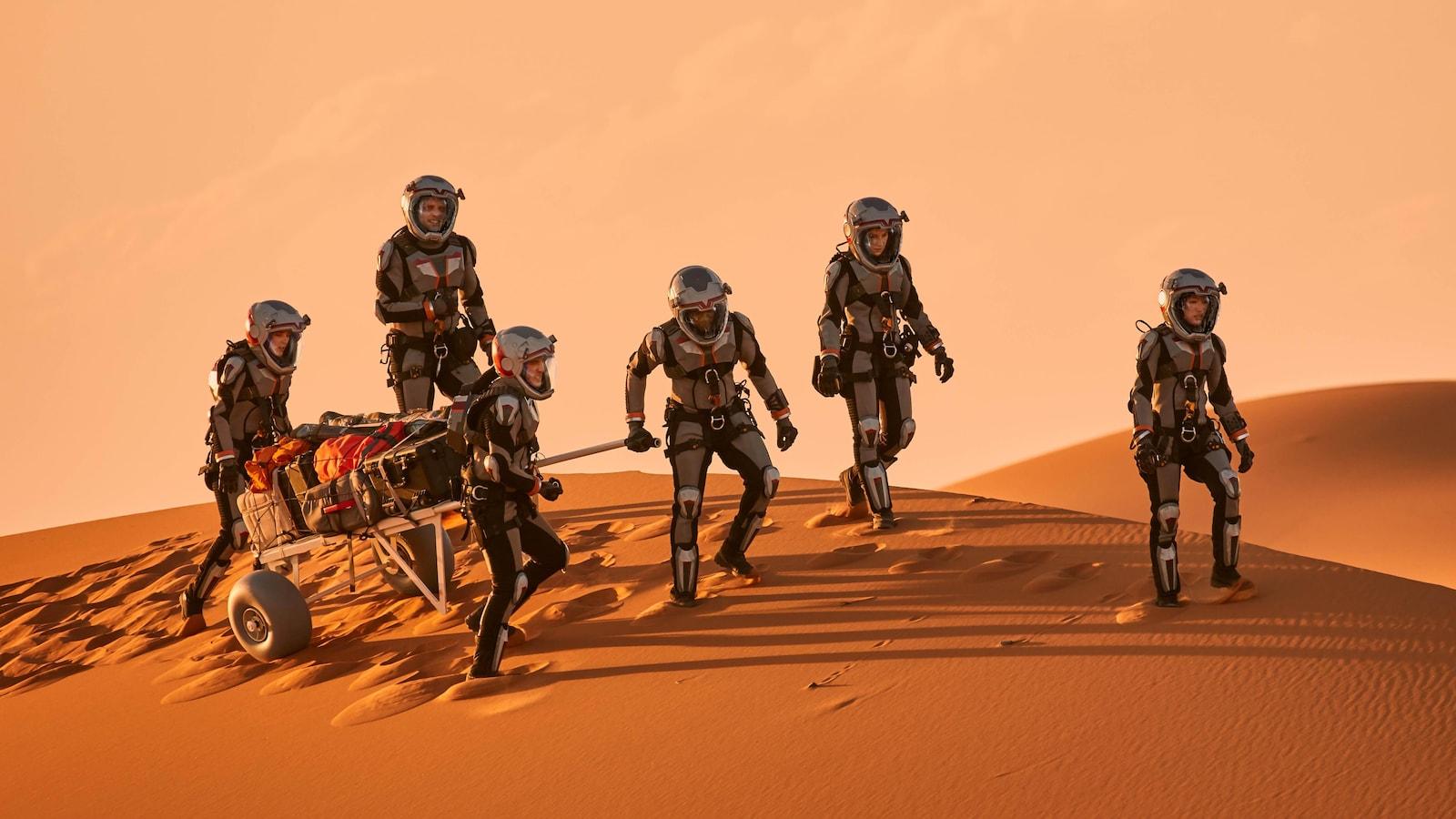 L'équipage marche sur la planète Mars.