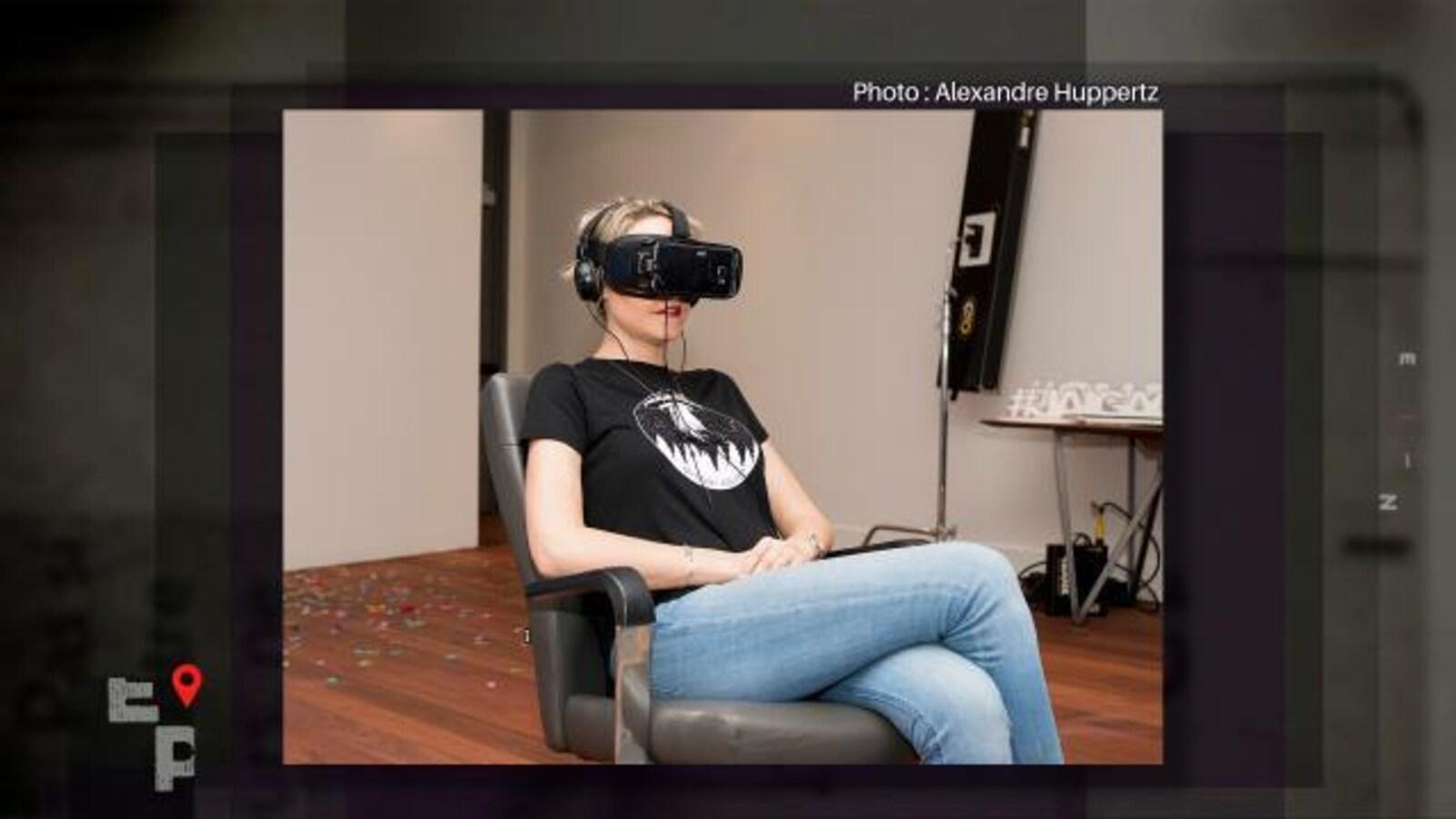 La chroniqueuse expérimente la réalité virtuelle.