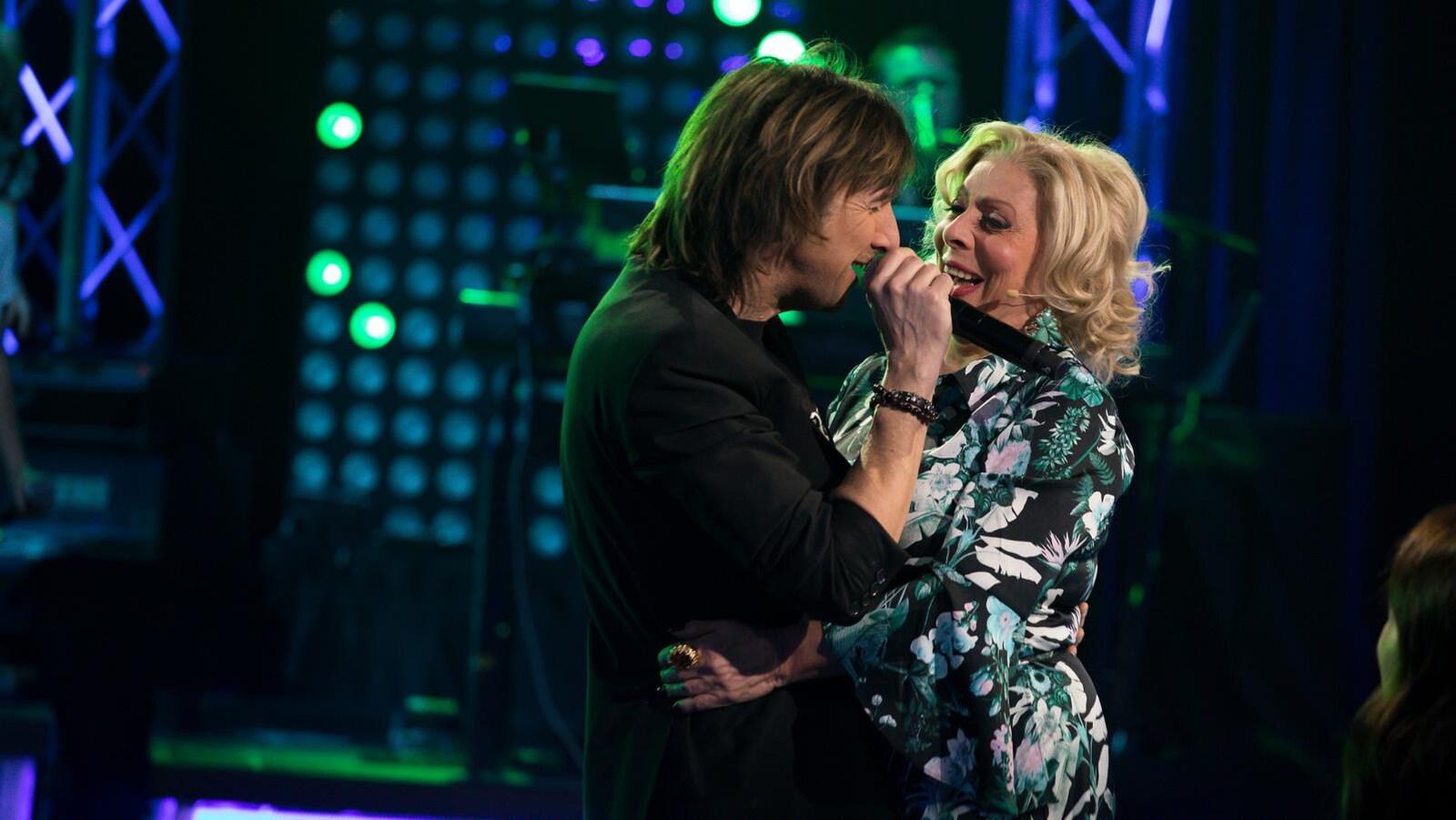 Patsy Gallant enlace Sébastien Plante pendant l'émission diffusée le samedi 17 mars.