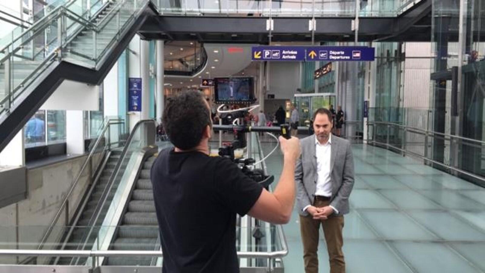 François Sanche, l'animateur de La facture, en tournage à l'aéroport Montréal-Trudeau