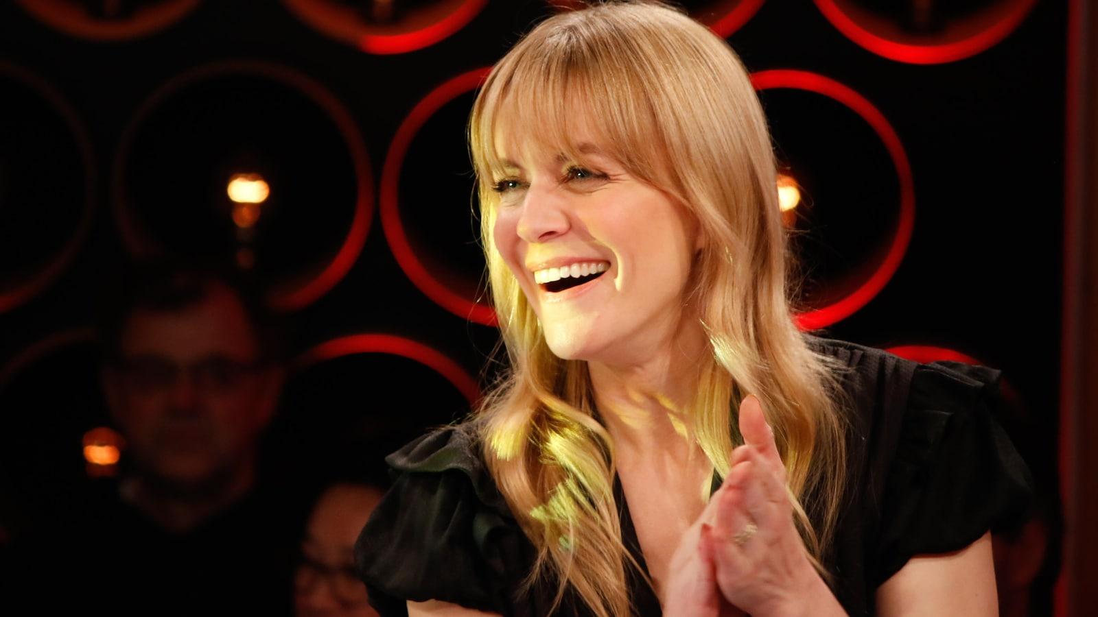 La chanteuse Véronic DiCaire sur le plateau de l'émission Les échangistes