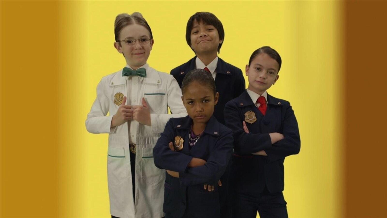 Les personnages d'Organisation super insolite posent, les bras croisés, devant un fond jaune.