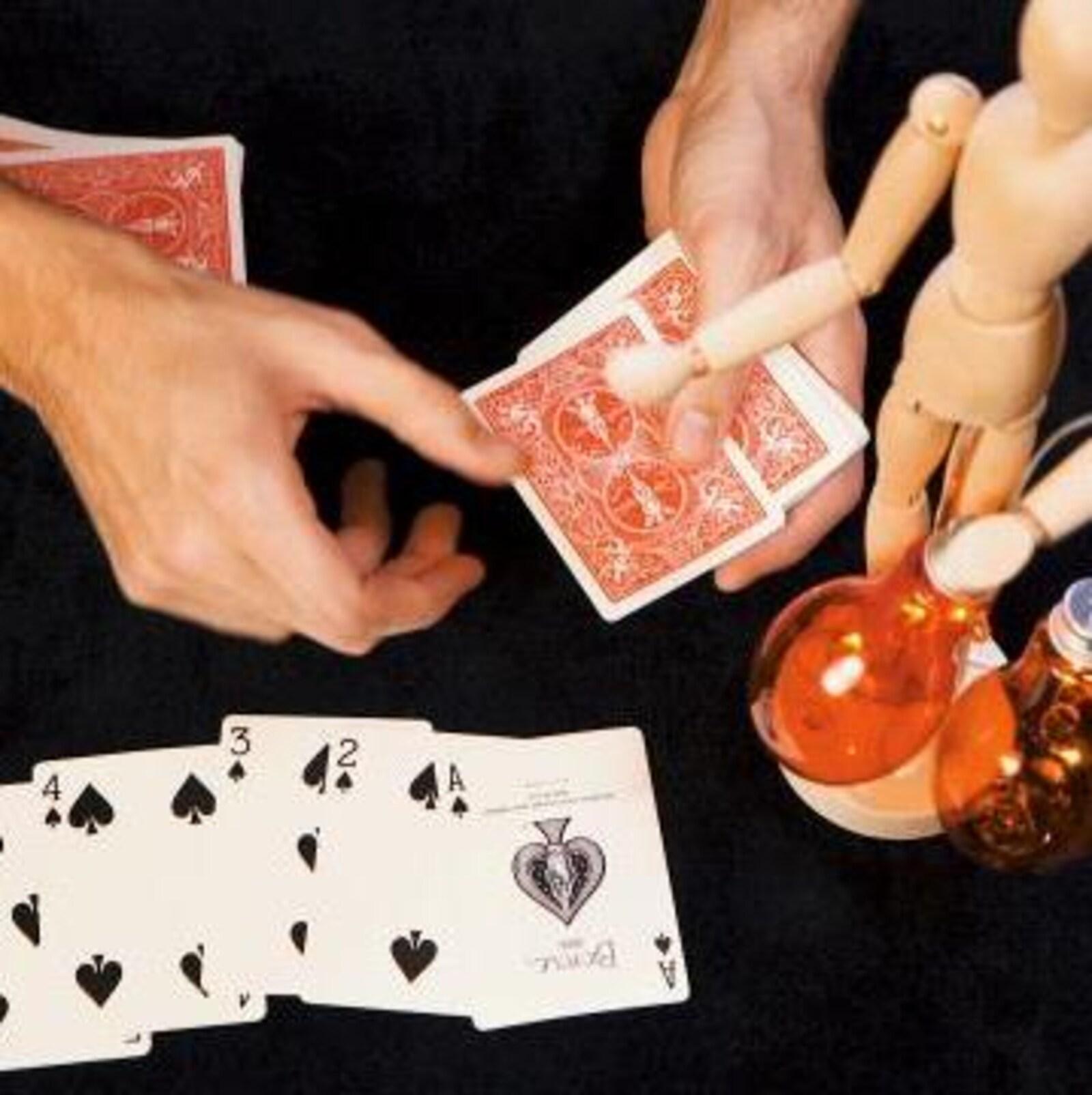 Il fait un tour de magie avec des cartes
