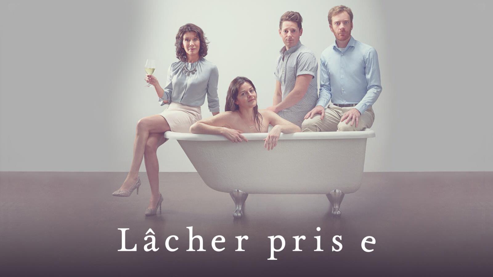 Valérie, personnage principal de la série Lâcher prise, dans une baignoire, entourée de sa mère et de son ex ainsi que du compagnon de celui-ci
