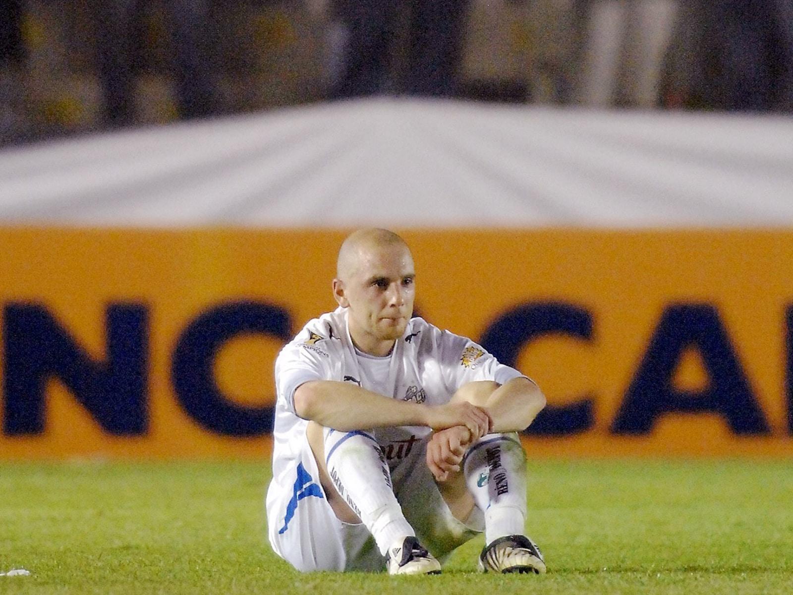Le joueur Sandro Grande est assis sur le terrain