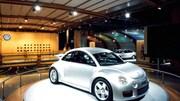 Une New Beetle argentée est montrée dans la section Volkswagen du Salon de l'auto de Détroit.