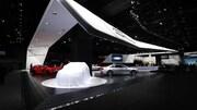 Un promontoir du Salon de l'auto de Détroit. On y voit trois voitures du fabricant, le décor est riche et illuminé de manière élégante.