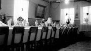 Table mise avec chaises