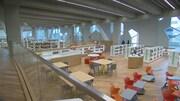 Des tables de travail et des rayons de livres dans la bibliothèque centrale de Calgary.