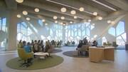 Des gens assis dans des espaces de travail dans la nouvelle bibliothèque centrale de Calgary.