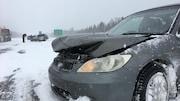 Une voiture accidentée après un carambolage sur l'autoroute 40, près de Québec, le 15 février 2019