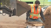 À Quispamsis, au Nouveau-Brunswick, ces gens ont pensé à une méthode rapide pour remplir six sacs de sable en quelques secondes.