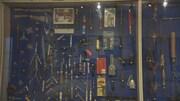 Une exposition de quelques unes des nombreuses armes que la police de Vancouver a saisi au fil des ans. On peut voir des couteaux, des bâtons, des haches, des sarbacanes ou des massues.