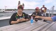 Manifestants sur un bateau.