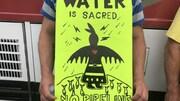 Pancarte sur laquelle est écrit « L'eau est sacrée. Pas de conduite. »