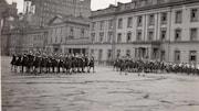 Des femmes en uniforme militaire paradent devant des imposants édifice de Londres (photo en noir et blanc)